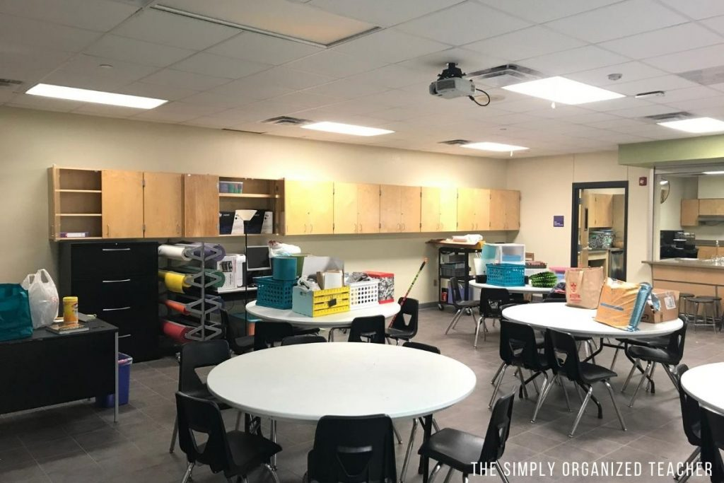 A classroom filled with furniture and a table